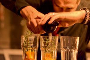 Cocktails bei der Standparty